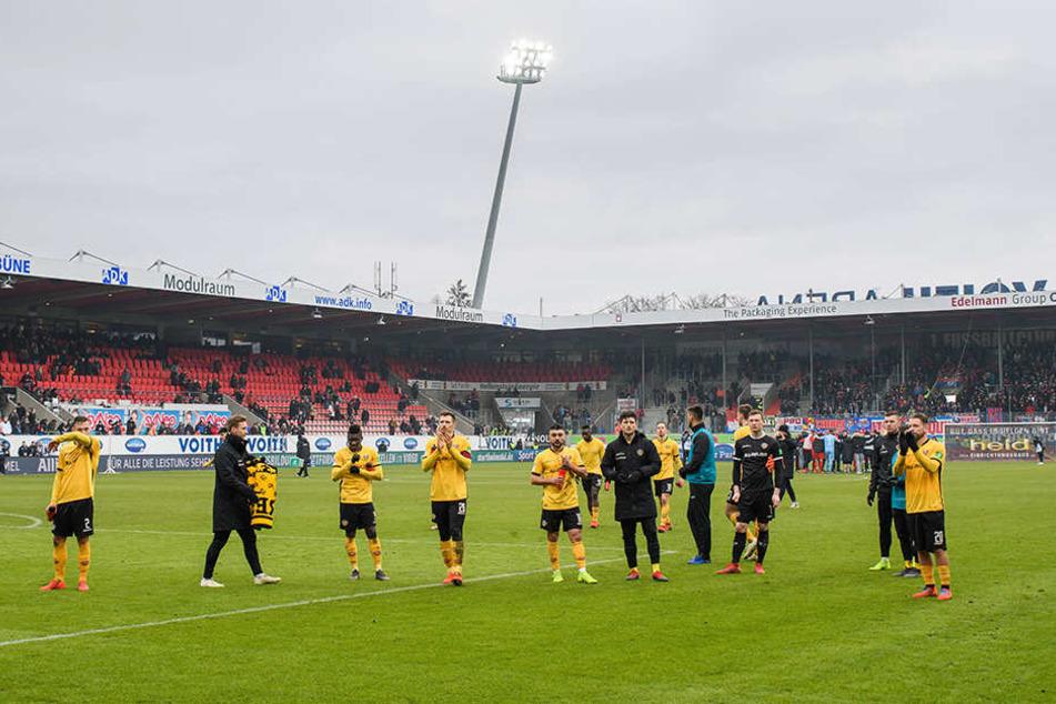 Anfangs schlichen die Dynamos wie gewohnt in Richtung des Gästeblocks, mussten dann aber an den Zaun - denn bei den mitgereisten Anhängern herrschte nach der 0:1-Niederlage in Heidenheim Redebedarf.