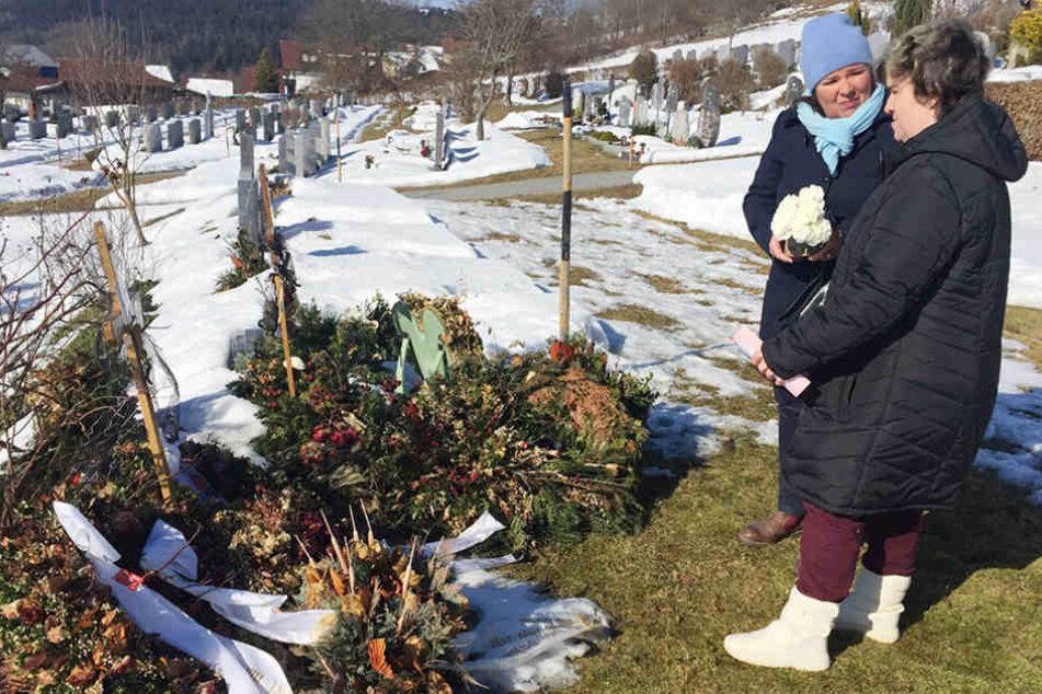 """Beate und Vera besuchen in der neuen Staffel von """"Schwiegertochter gesucht"""" das Grab mit Mutter Irene."""