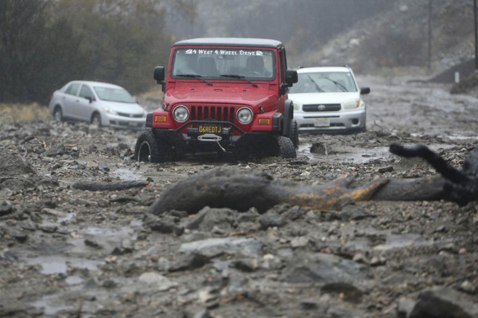 Eine Schlammlawine hat mehrere Fahrzeuge entlang des Valley of the Falls Drive in Forest Falls in San Bernardino County eingeschlossen.