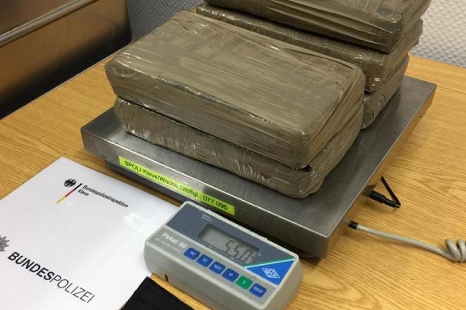 Der Drogenkurier wurde vor Ort festgenommen und zusammen mit dem Kokain der Zollfahndung Essen übergeben.