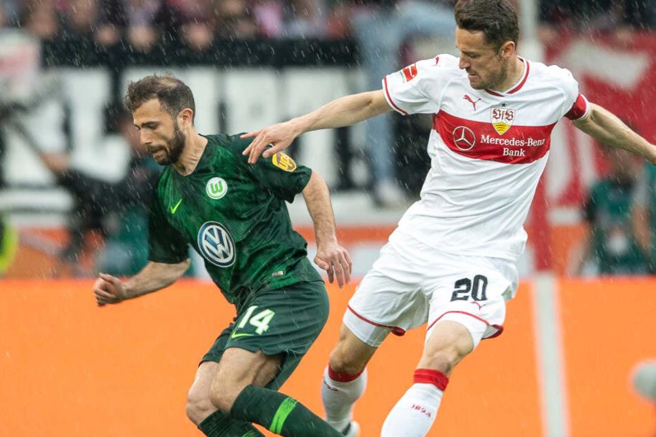 Im strömenden Stuttgarter Regen: Wolfsburger Admir Mehmedi und VfB-Kapitän Christian Gentner unter sich.