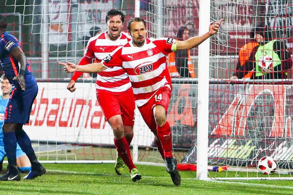 FSV-Kapitän Tonin Wachsmuth (r.) jubelt über sein 1:0-Führungstor gemeinsam mit Sturmtank Ronny König (M.).