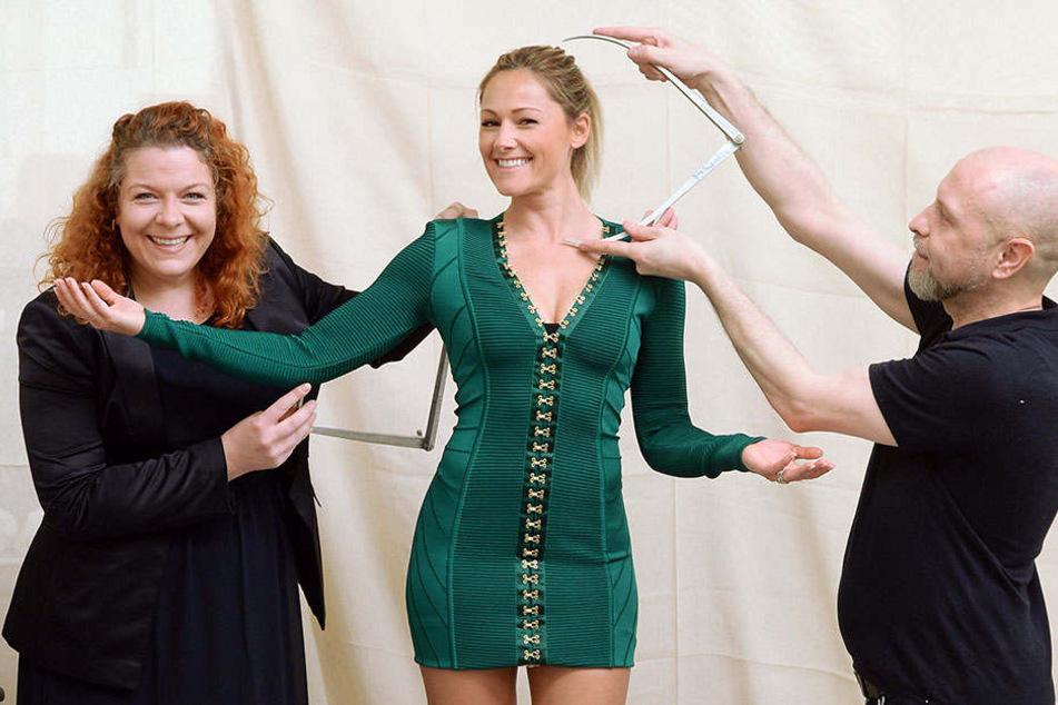 Pressesprecherin Nina Zerbe (l) und Mitarbeiter Sam Barbor nehmen in der Werkstatt von Madame Tussauds in London die Körpermaße für die neue Wachsfigur.