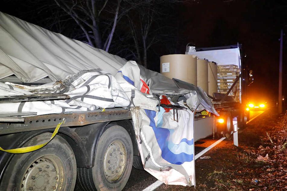 Der Laster hatte mehrere, tonnenschwere Papierrollen geladen.