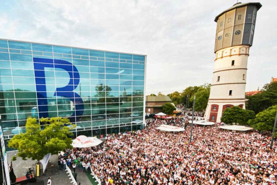 Auf dem Theater-Vorplatz können die Spiele auf einer 55 Quadratmeter-Leinwand verfolgt werden.