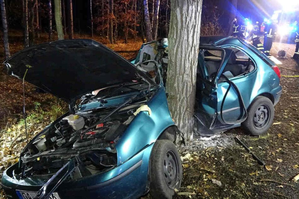 Die Feuerwehr konnte den Fahrer nur noch tot bergen.