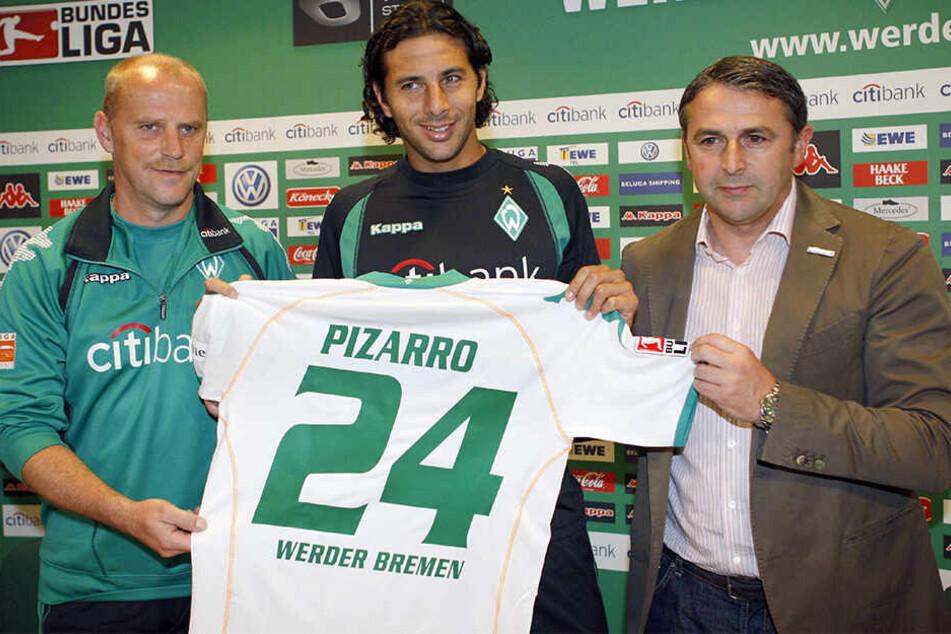 Claudio Pizarro 2008 bei seiner Rückkehr nach Bremen, mit dem damaligen Werder-Coach Thomas Schaaf und Manager Klaus Allofs.
