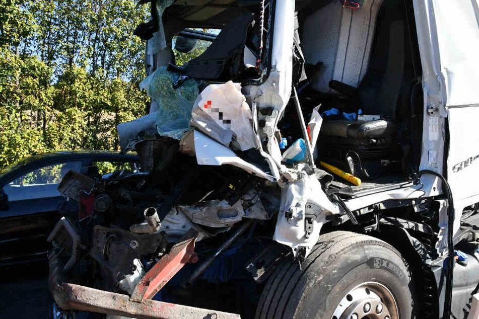 Das Führerhaus eines Lkws wurde stark beschädigt.