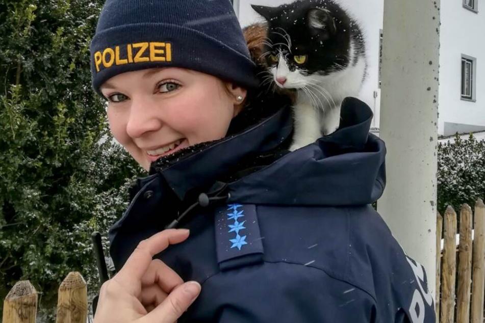 """Polizistin Victoria mit ihrem """"Katzen-Kragen"""" bei der Arbeit an der B299."""