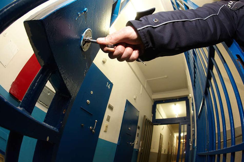 Für ein Jahr muss ein 33-jähriger Mann ins Gefängnis, da er zwei Dosen Haargel klaute.