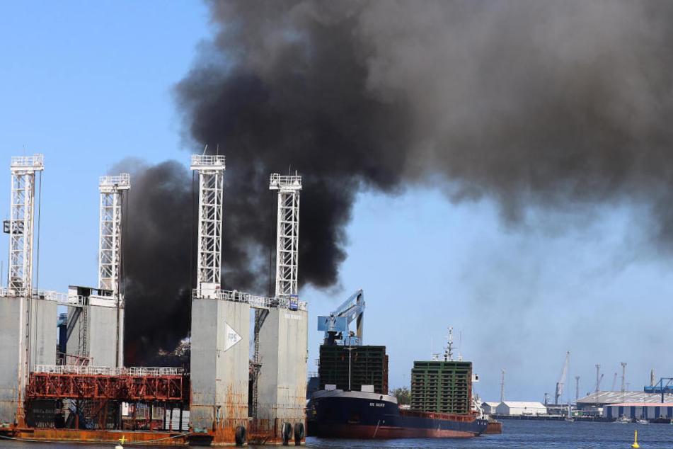 Großbrand auf Recyclinghof in Rostock ausgebrochen