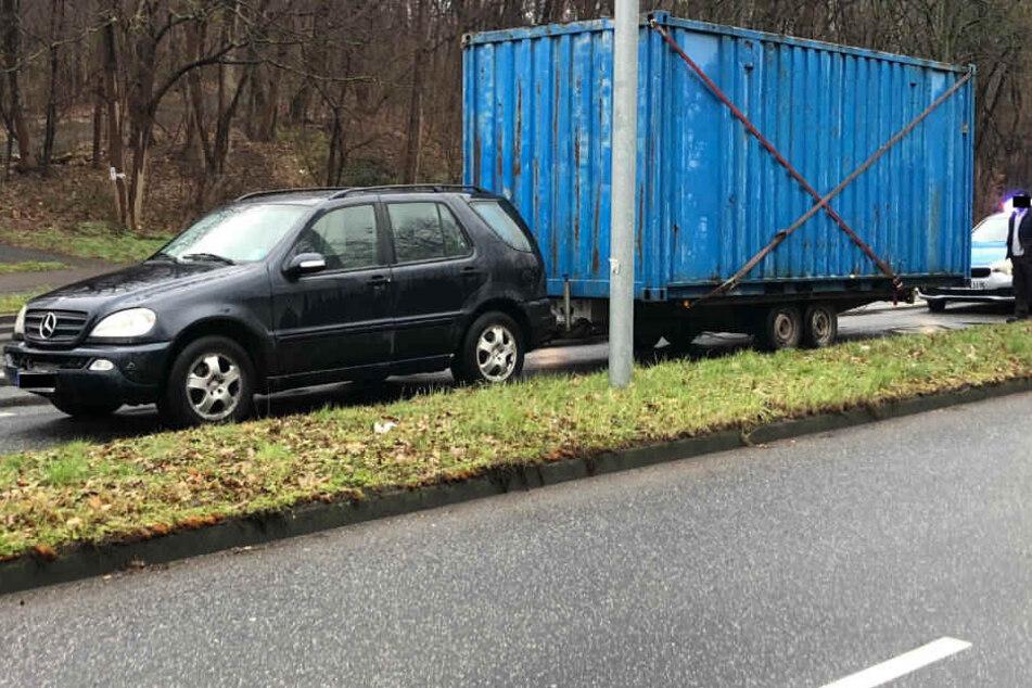 Leicht übernommen hat sich dieser Autofahrer mit der Beladung seines Anhängers.