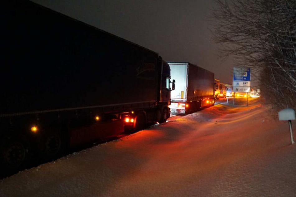 Mehrere Lastwagen hatten sich auf der glatten Fahrbahn festgefahren.