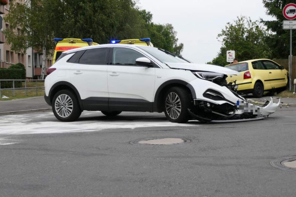 Schwerer Kreuzungs-Crash bei Leipzig: Zwei Verletzte, Vollsperrung