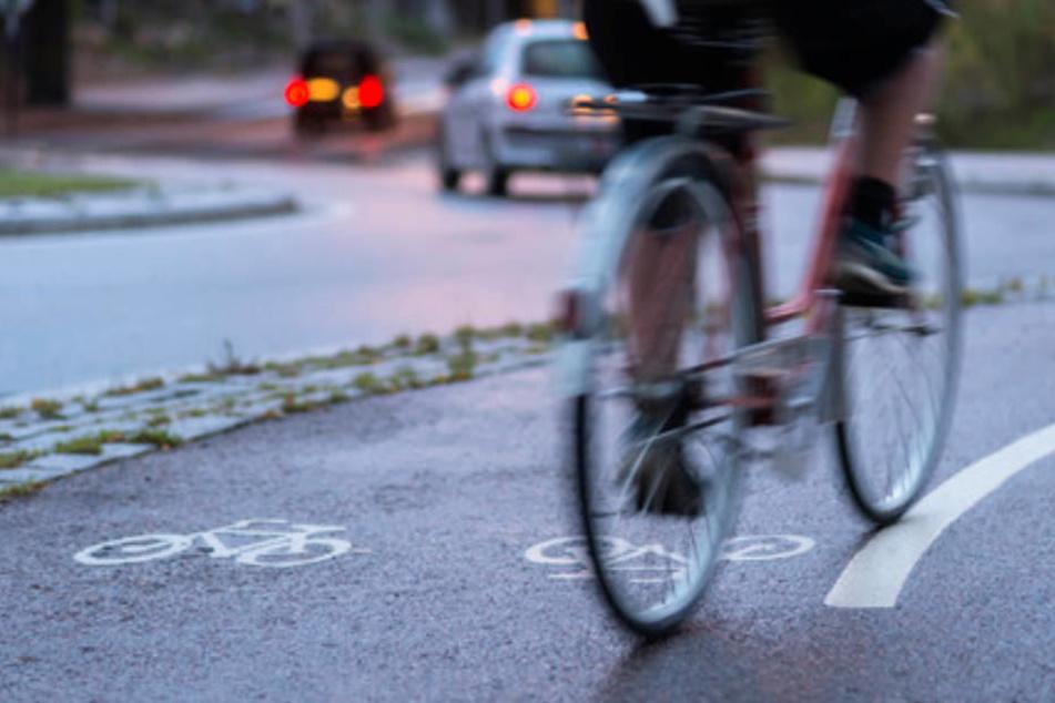 Der 69-jährige Radfahrer stürzte über den Lenker auf den Kopf. (Symbolbild)