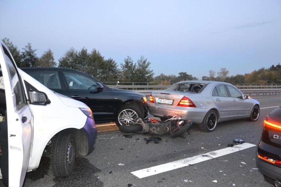 Zwei Fahrzeuge und das Motorrad waren so stark beschädigt, dass sie abgeschleppt werden mussten.