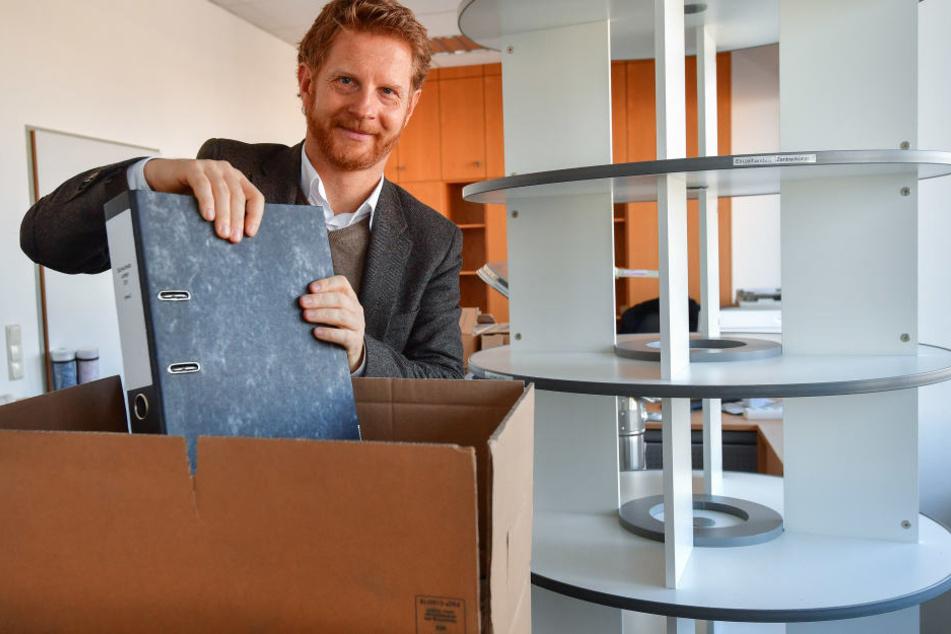 Auch Baudezernent Michael Stötzer (45, Grüne) packte am Mittwoch die letzten Umzugskartons. Das Hochbauamt zieht bis Freitag um.