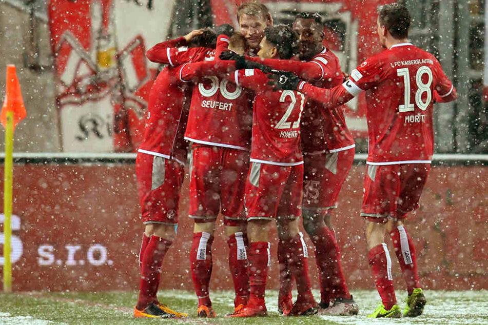 Die Mannschaft des 1. FCK jubelt über die zwischenzeitliche 2:1 Führung.