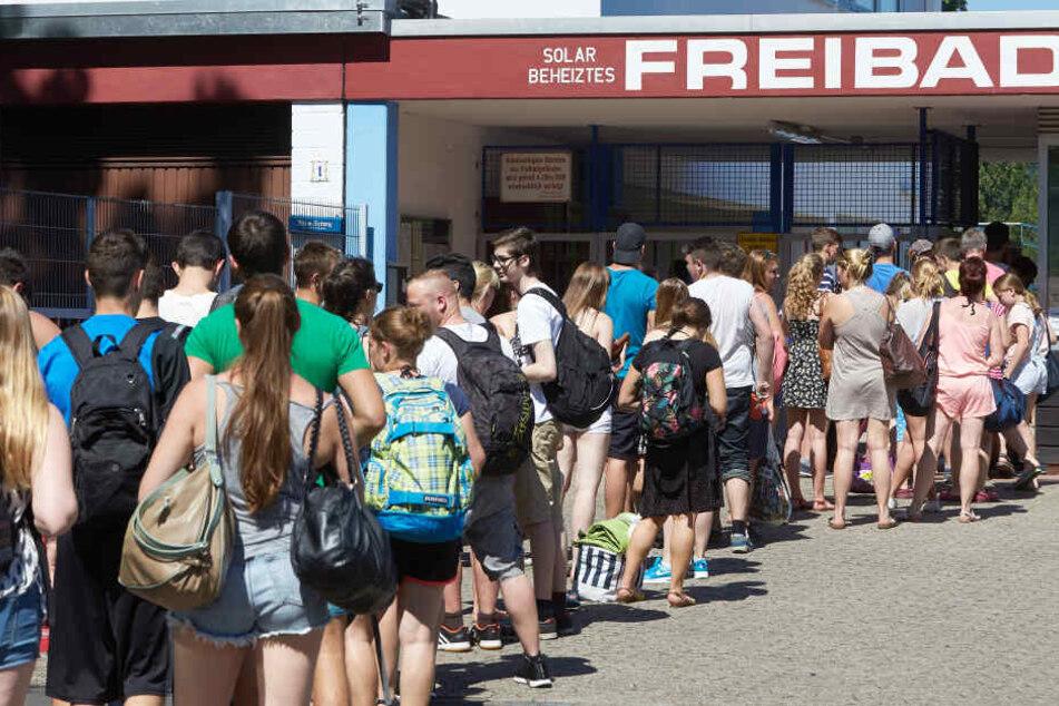 """Das Freibad """"Am Rosenberg"""" in Bad Sobernheim wurde zwischenzeitlich wegen enormer Überfüllung geschlossen (Symbolbild)."""