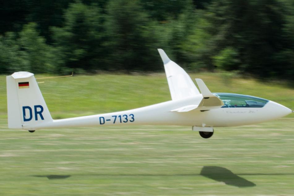 Bei dem Absturz eines Segelflugzeugs, starb der Pilot. Der 21-jährige Flugschüler schwebt nun in Lebensgefahr (Symbolbild).