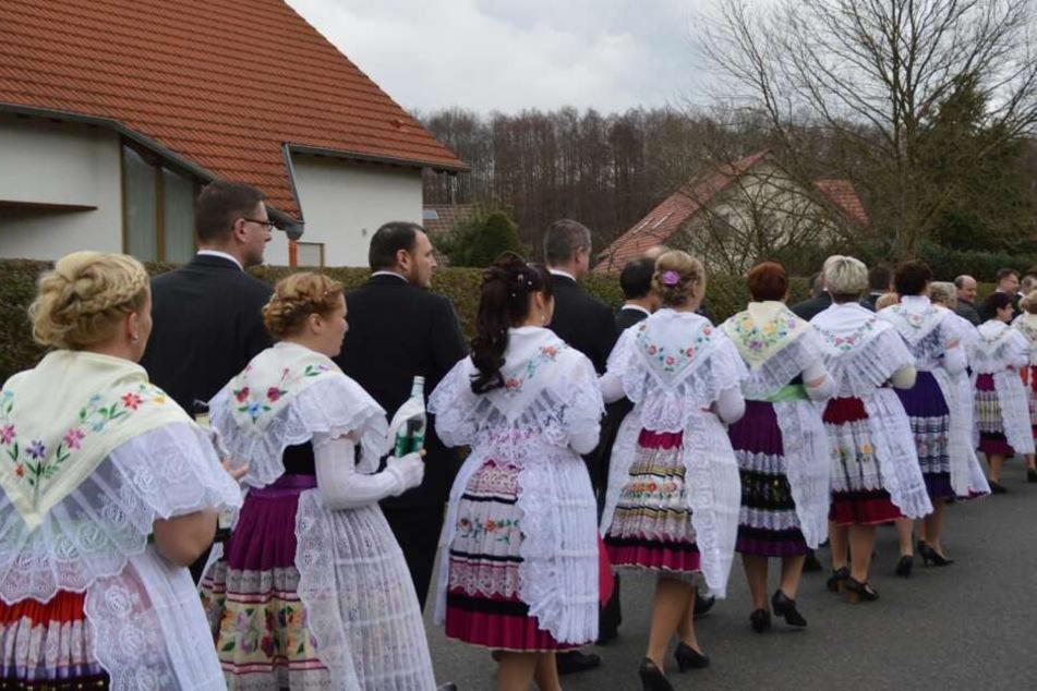 """Zapust: Zur traditionellen """"Fastnacht"""" ziehen die Paare in typischer Tracht durch Cottbus-Willmersdorf. Start und Ziel ist bei Möbel Höffner!"""