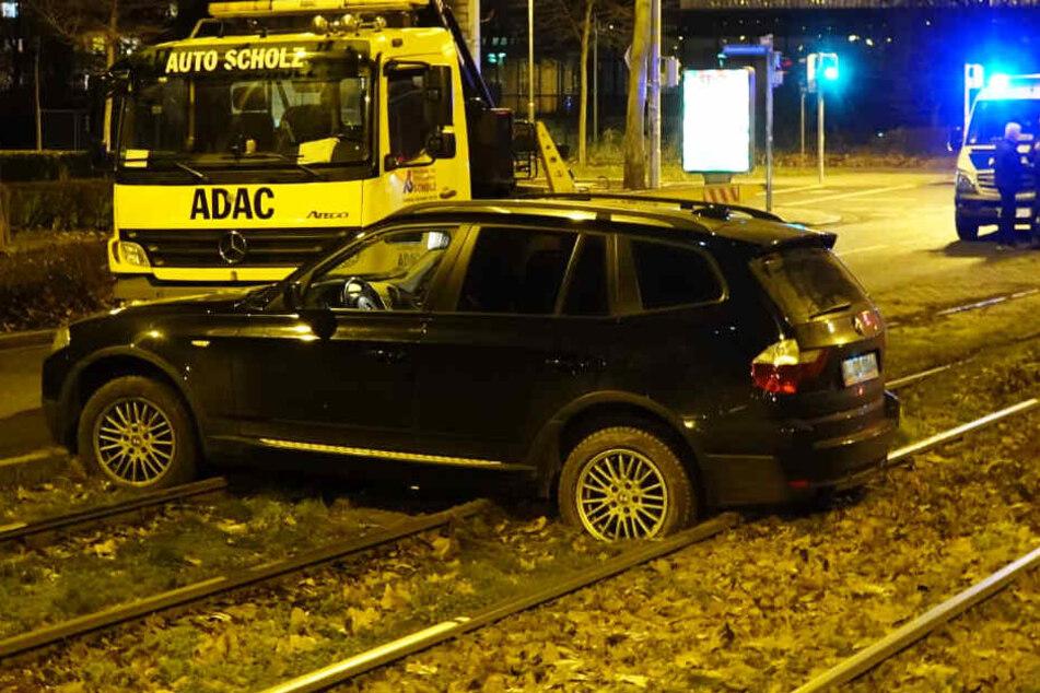 Auto landet im Gleisbett von Leipziger Straßenbahn