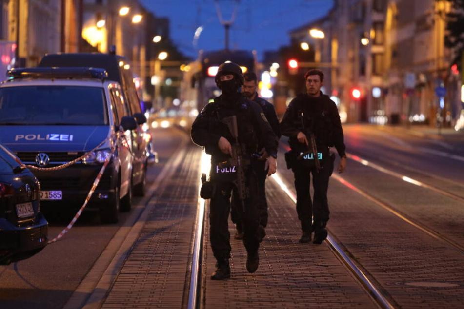 Schwer bewaffnete Beamte waren auf der Georg-Schumann-Straße im Einsatz.