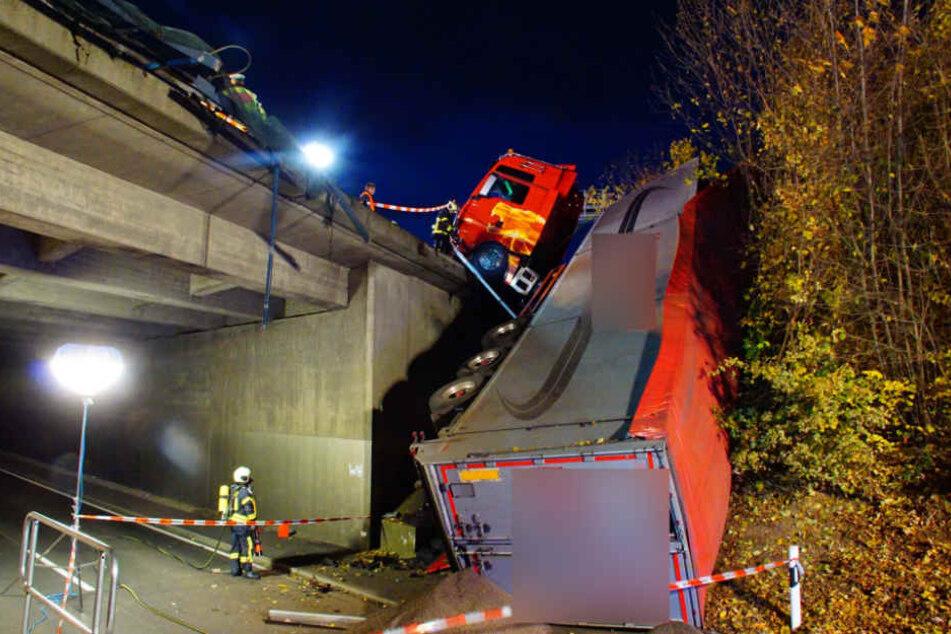 Aus ungeklärter Ursache durchbrach der Lkw die Leitplanke und rutsche die Böschung hinunter.