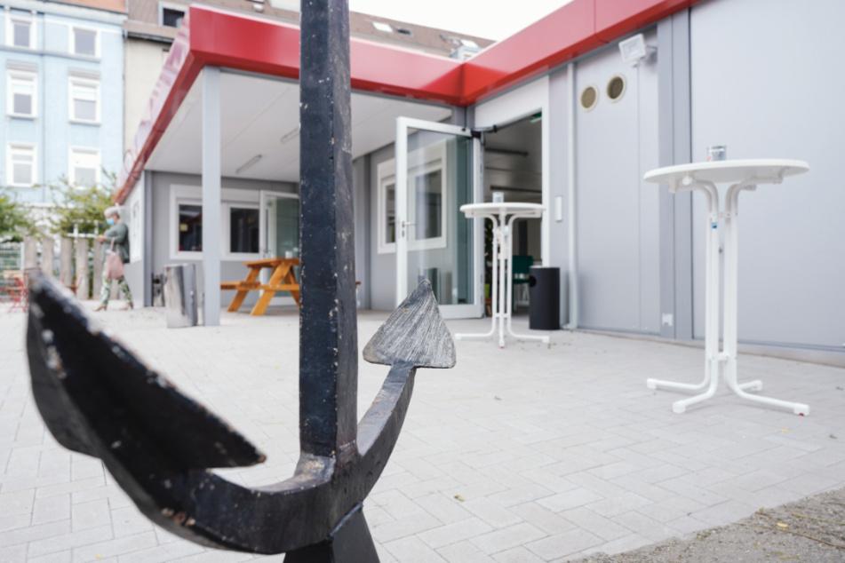 Ein Anker steht vor dem Café Anker, einem alternativen Aufenthaltsort für Alkoholsüchtige.