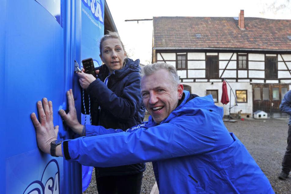 Die R.SA-Moderatoren Katja Möckel und Uwe Fischer prüfen stets, ob die Tür auch wirklich zugeht. Nur dann zählt der Versuch!