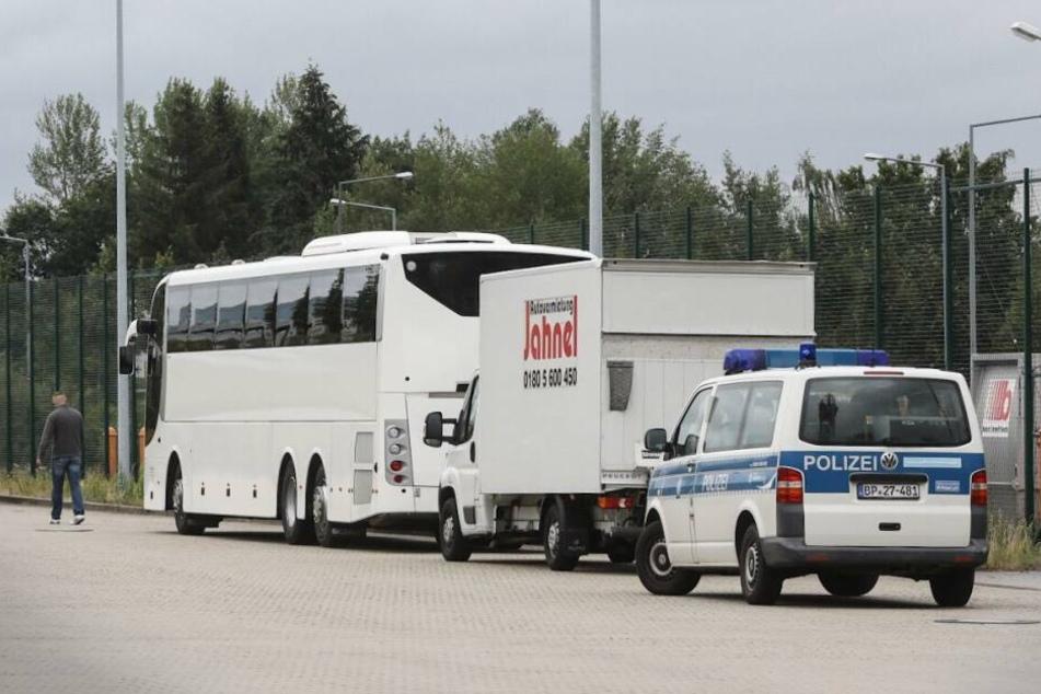 Am Flughafen Dresden wartete schon ein Bus auf die Mannschaft aus Paris.