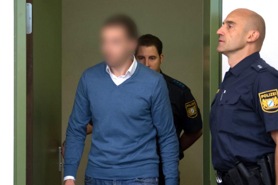 Der 33-jährige Angeklagte wird vor Prozessbeginn in den Verhandlungssaal geführt.