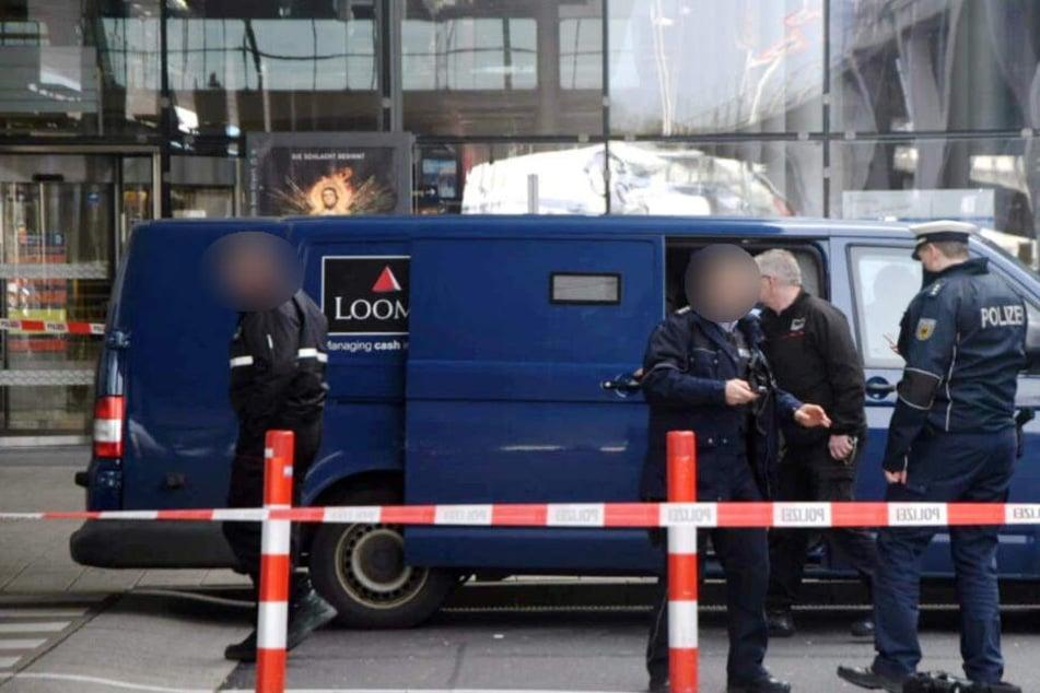 Die Polizei ist zurzeit mit einem Großaufgebot vor Ort.