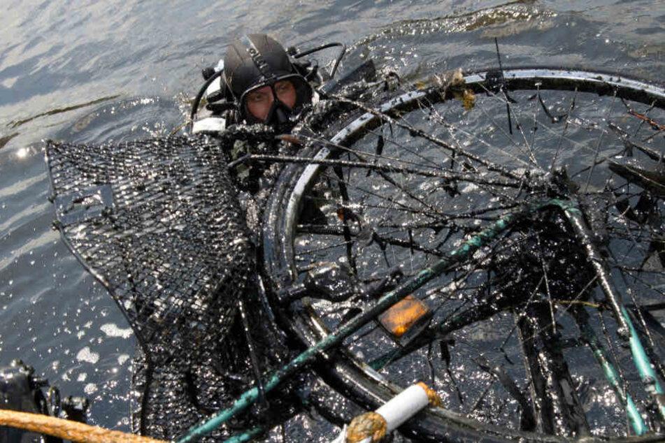 Die Polizei hatte zuerst das Fahrrad und später auch den toten Radfahrer gefunden. (Symbolbild)