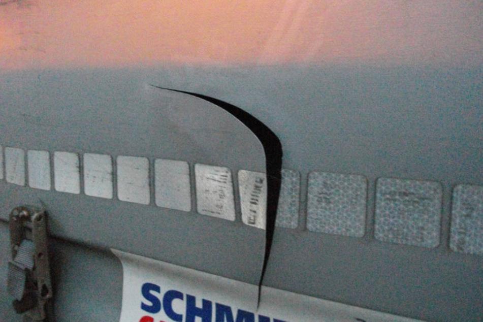 Mit einem Messer schlitzten Diebe die Sattelzugplanen auf (Symbolbild).
