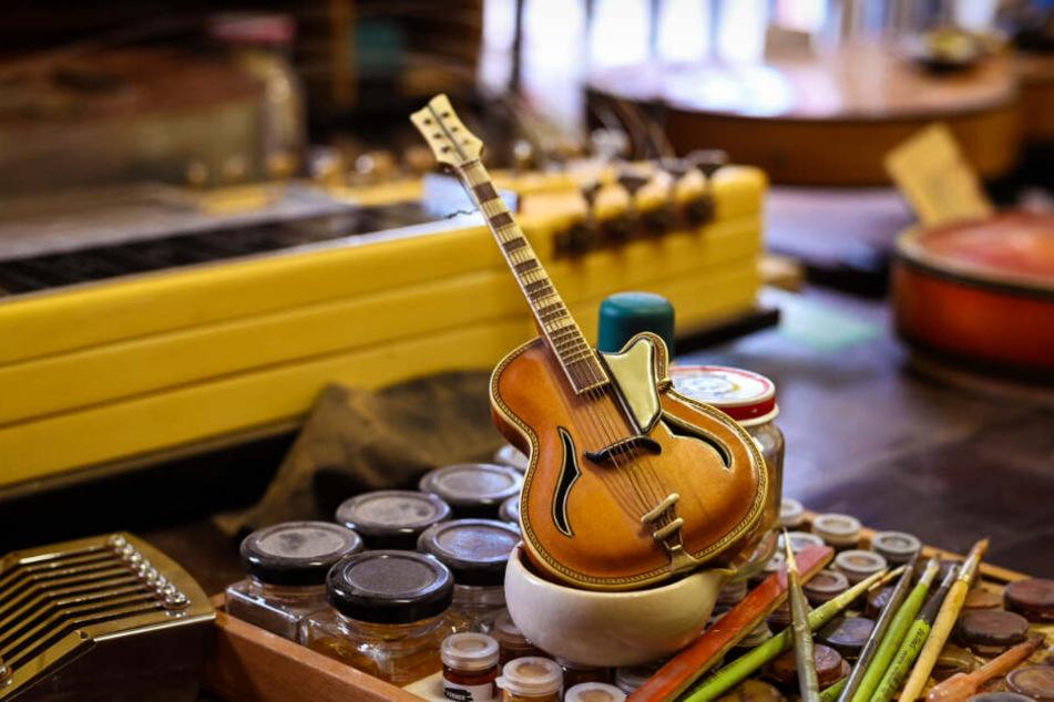 Das Lieblingsstück des DDR-Gitarren-Sammlers ist winzig klein. Es handelt sich um eine Miniatur-Gitarre aus den Fünfzigerjahren, die es laut Steinbrecher vermutlich nur zweimal auf der Welt gibt.