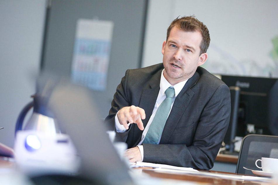 Baubürgermeister Raoul Schmidt-Lamontain (41, Grüne) erließ jetzt ein Zwangsgeld in Höhe von 25 000 Euro gegen den Hauseigentümer.