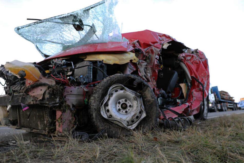 Nach dem tödlichen Zusammenstoß landete der schwer beschädigte Wagen im Graben.