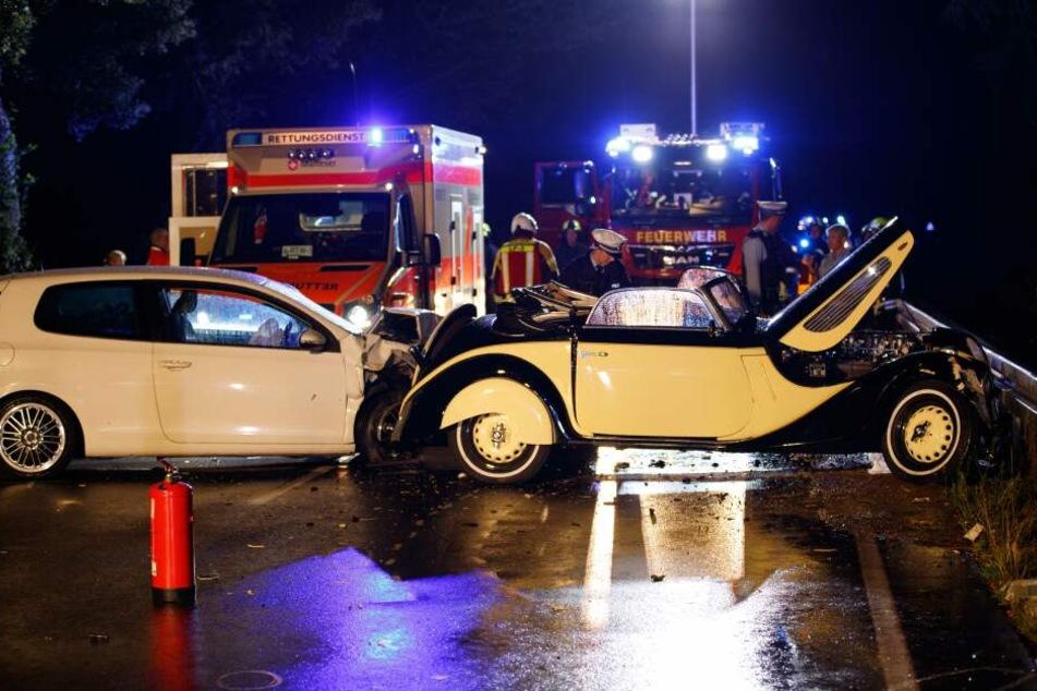 Seltener Oldtimer bei Unfall zerstört: Drei Schwerverletzte