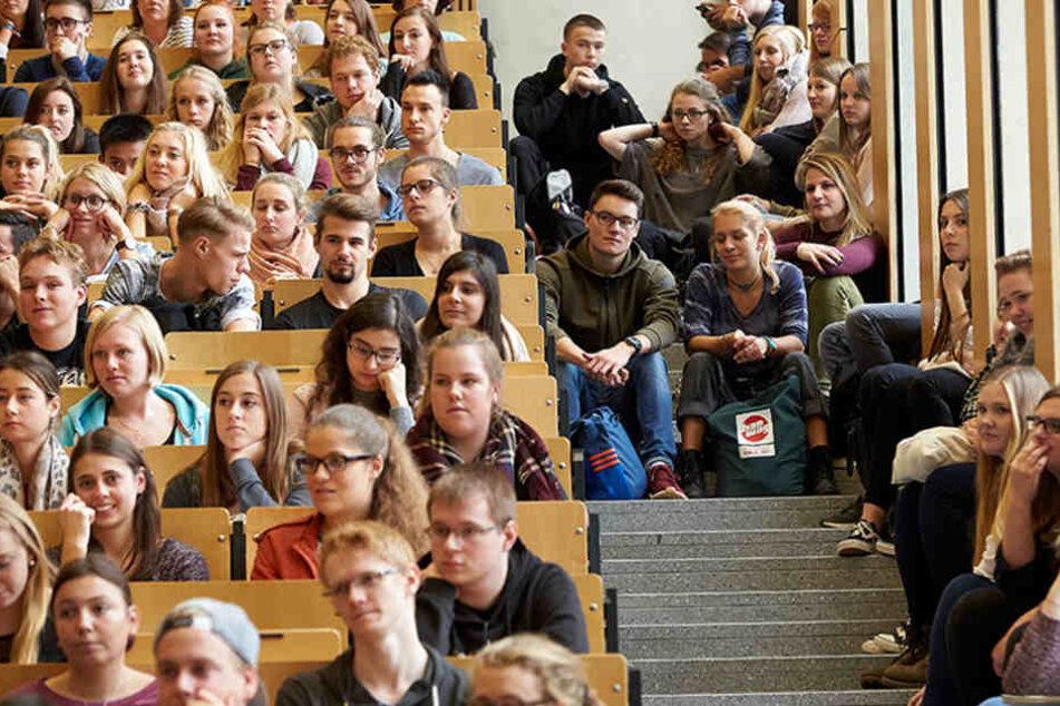 Kein Platz mehr! Studenten müssen bereits auf der Treppe sitzen, um an der Vorlesung teilnehmen zu können.