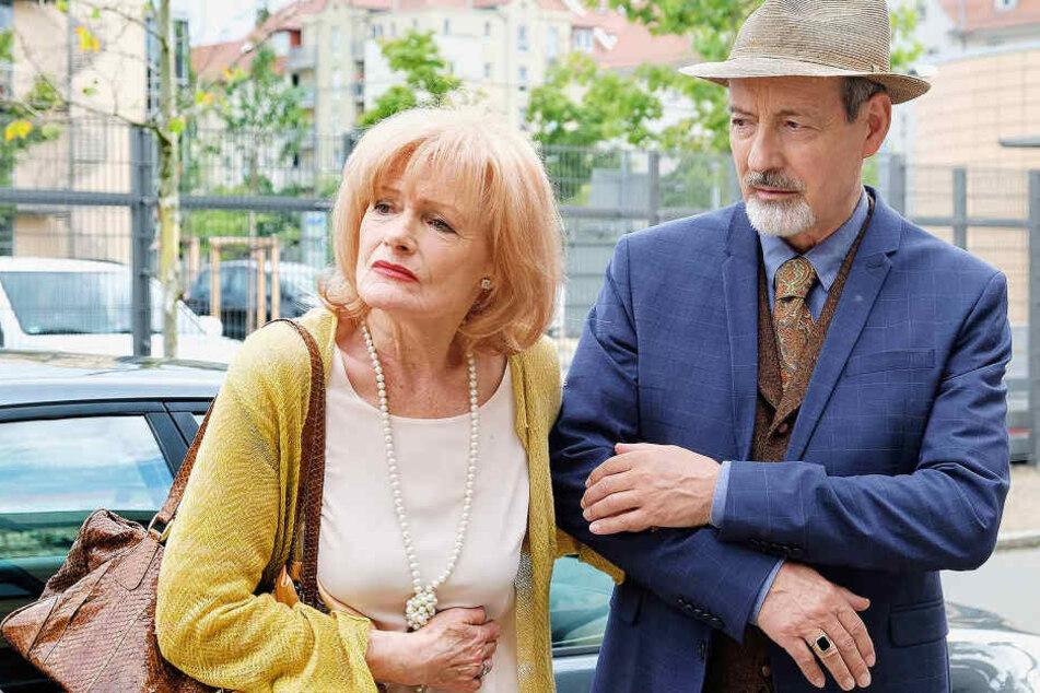 Karla Stadlmannn (Gertie Honeck) hat leichte Magenprobleme und findet es völlig übertrieben, dass ihr Schwager Oskar Stadlmann (René Schoenenberger) gleich mit ihr ins Krankenhaus geht.