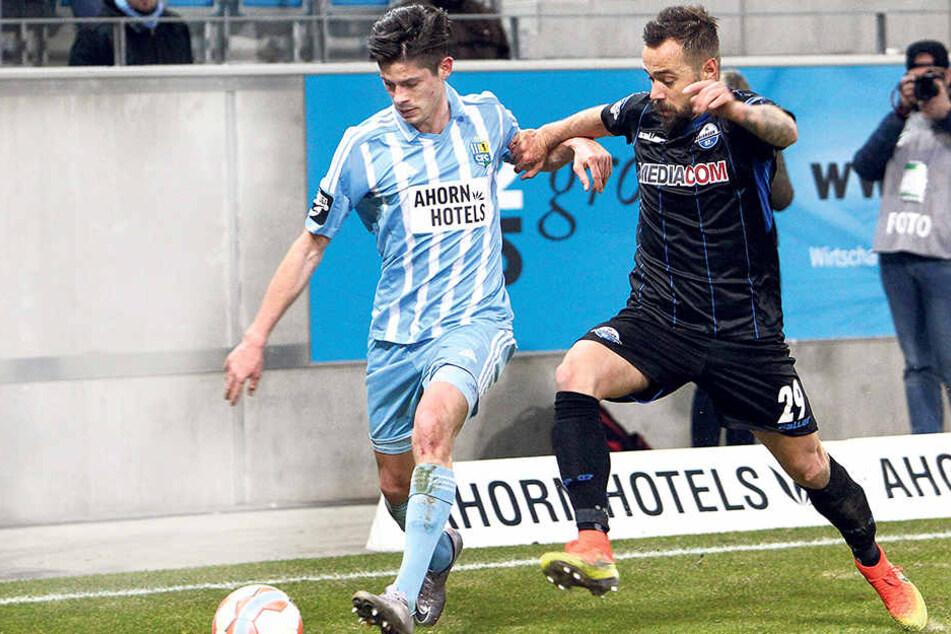Für Dennis Mast (l., gegen Paderborns Sebastian Heidinger) geht es nach einem turbulenten Jahr und 35 Drittligaeinsätzen für den CFC zurück nach Bielefeld.