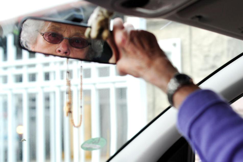 Das hätte man kommen sehen können: Eine 73-Jährige wollte ihren eingezogenen Führerschein mit dem Auto abholen.