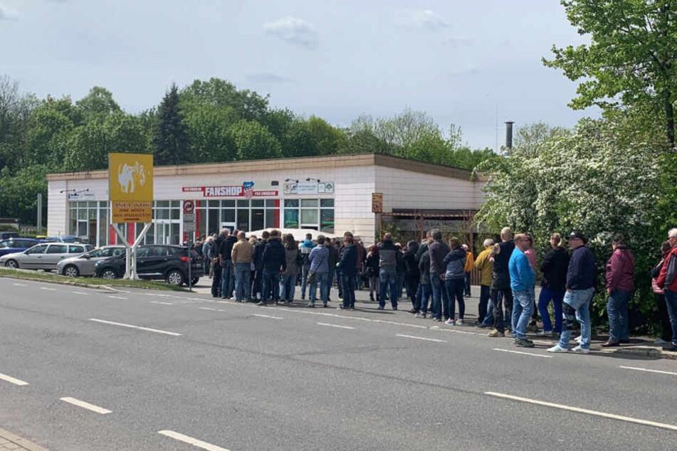 Schlange vor dem FSV Zwickau Fanshop am Mittwoch.
