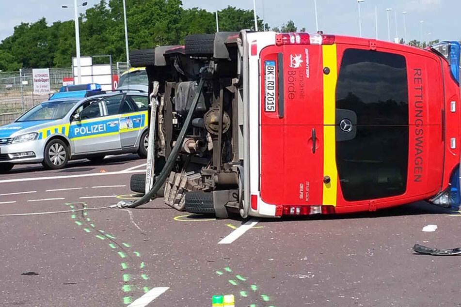 Der Rettungswagen liegt nach dem Unfall auf der Seite.