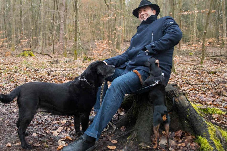 Das Bild zeigt Markus Söder mit seinen Hunden Fanny und Bella im Jahr 2018.