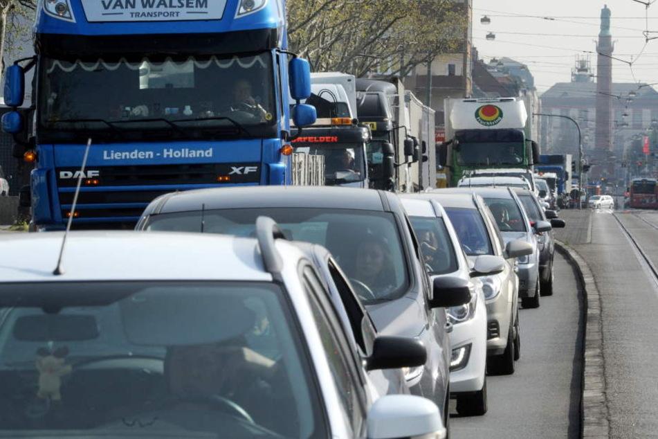Die Straßen in Hessen sind voll, immer öfter staut sich der Verkehr wie hier in Darmstadt.