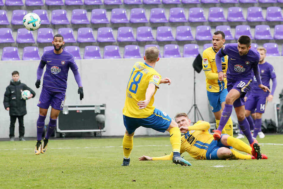 Steve Breitkreuz blockt den Schussversuch von Dimitrij Nazarov. Diese Szene wird es in der kommenden Saison maximal im Training geben.
