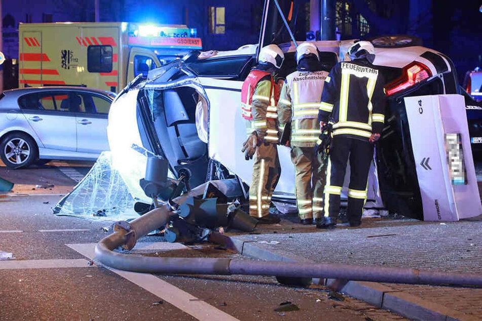 Der Wagen des Flüchtenden krachte gegen einen Ampelmasten. Der 41-Jährige musste schwer verletzt ins Krankenhaus.