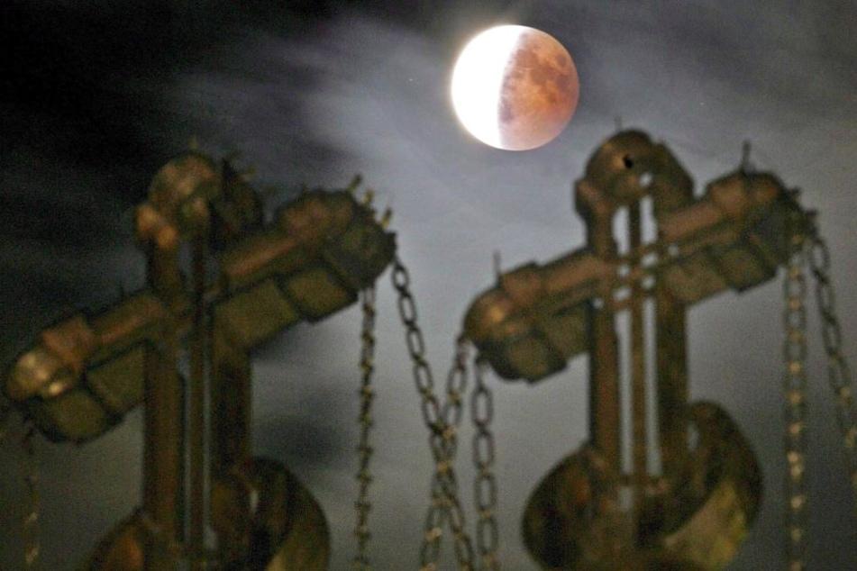 Bei der Mondfinsternis schiebt sich die Erde zwischen Sonne und Mond.